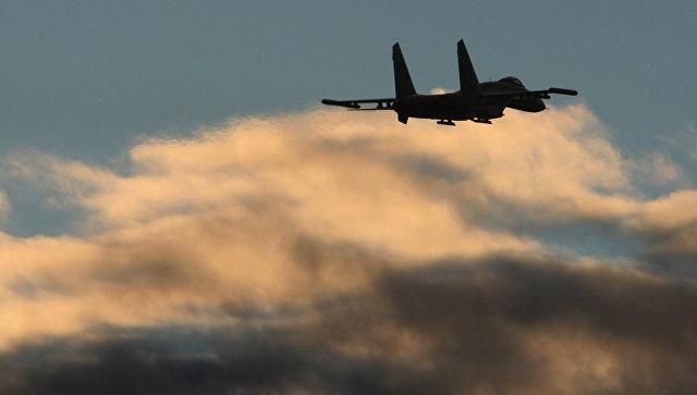 Полет истребителя Су-27. Архивное фото.