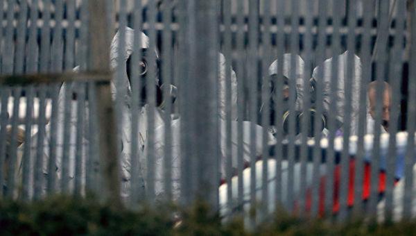 Полиция в костюмах химзащиты во время следственных мероприятий, связанных с отравлением бывшего полковника ГРУ Сергея Скрипаля газом Новичок