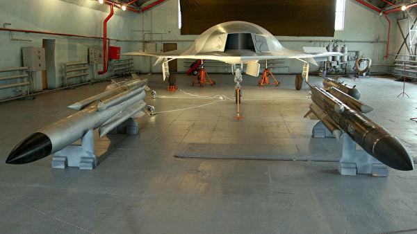 """Полноразмерный макет боевого беспилотного летательного аппарата """"Скат"""" (на заднем плане) и управляемые ракеты Х - 31 (на переднем плане)"""