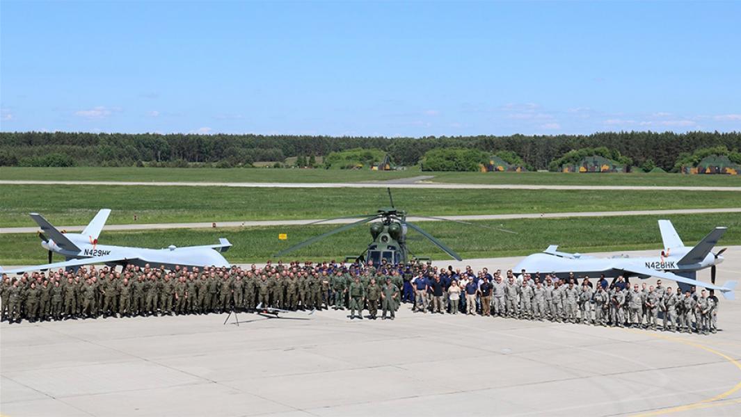Польские и американские военныена фоне БПЛА MQ-9B.