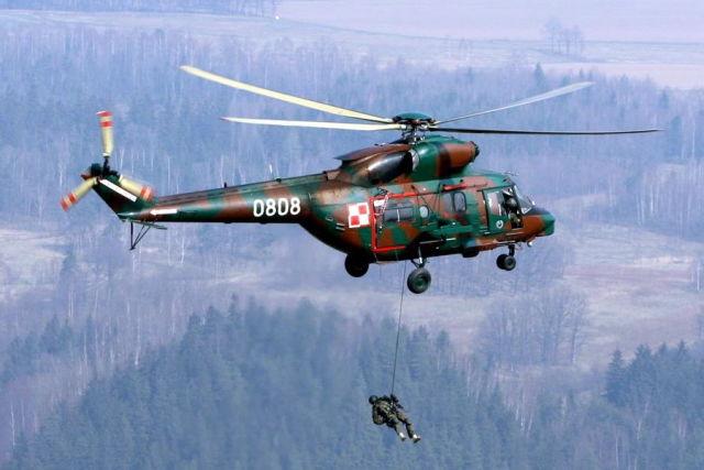 """Польское спецподразделение """"Гром"""" (GROM) для учёбы использует старенькие отечественные вертолёты ПЗЛ W-3 """"Сокол"""" — дальнейшее развитие советского Ми-2 (http://fundacjacichociemnych.pl)"""