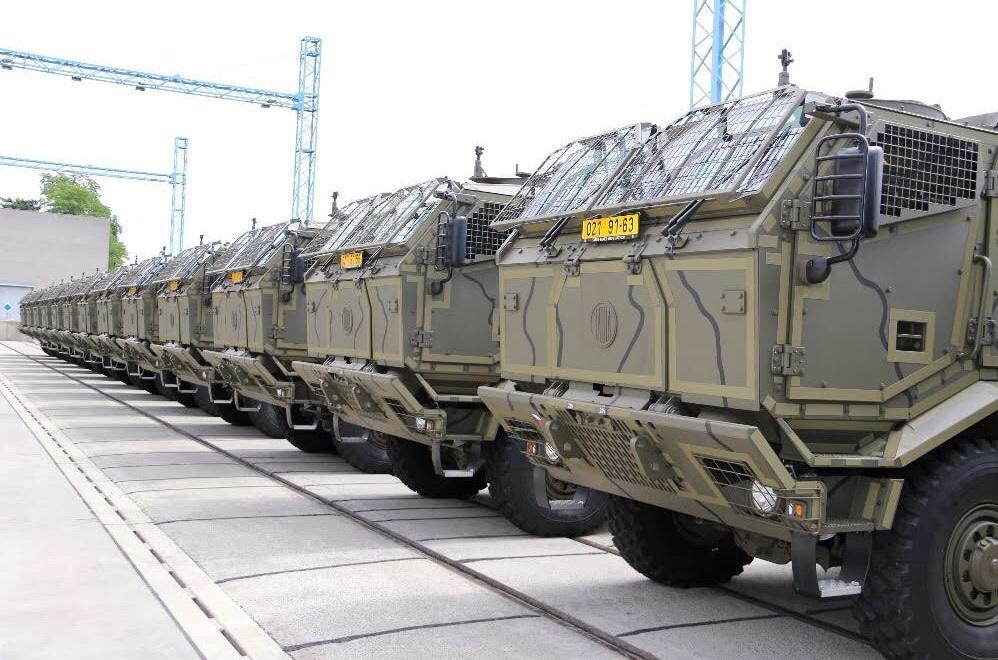 Полученные армией Чехии бронированные грузовые автомобили Tatra T-815 с колесной формулой 8х8, предназначенные для транспортировки 120-мм буксируемых минометов vz. 82. Штефанов, 17.07.2017.