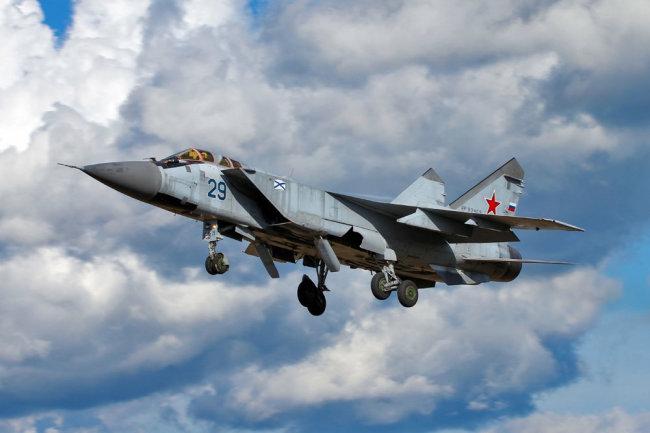 """Летчики-истребители Тихоокеанского флота на Камчатке принудили к посадке """"вражеский"""" самолет в ходе учения"""