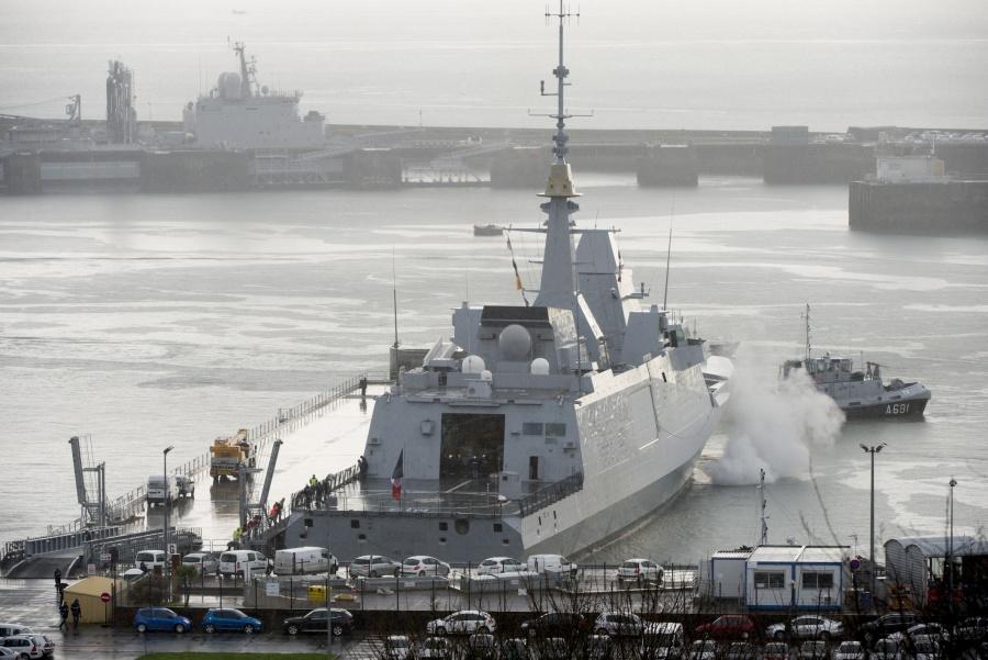 фрегат Aquitaine, пришвартовавшийся к понтонному причалу, специально созданного для фрегатов класса FREMM. Источник: www.meretmarine.com.