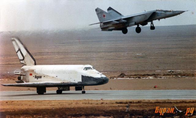 """Посадка орбитального корабля """"Буран"""" на взлётно-посадочную полосу Байконура, 15 ноября 1988 года"""
