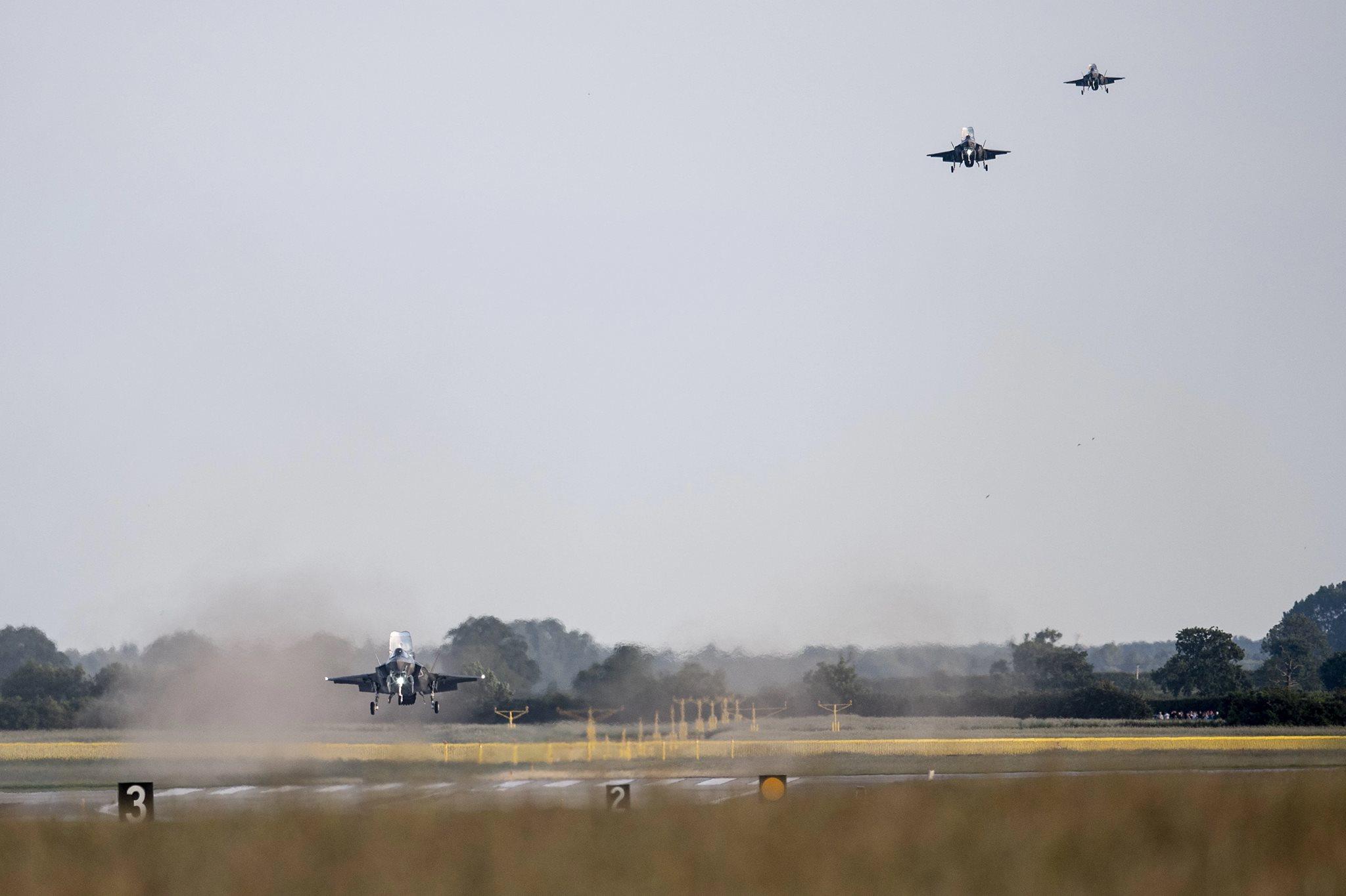 Посадка на британской авиабазе Мархэм первых четырех прибывших из США на территорию Великобритании многоцелевых истребителя Lockheed Martin F-35B Lightning II из состава 617-й эскадрильи Королдевских ВВС Великобритании. 06.06.2018.