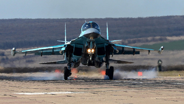 Посадка самолета Су-34 во время летно-тактических учений на аэродроме Бутурлиновка Воронежской области.