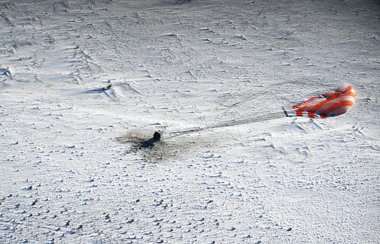 """Посадка спускаемой капсулы транспортного космического корабля """"Союз МС-05""""."""