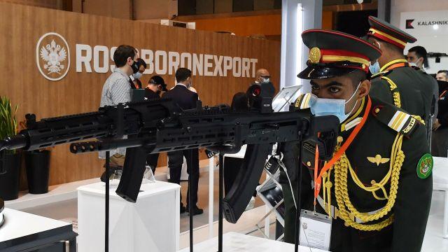 """Посетитель рассматривает самозарядные карабины """"Сайга"""" на выставке оборонной промышленности IDEX-2021 в Абу-Даби"""