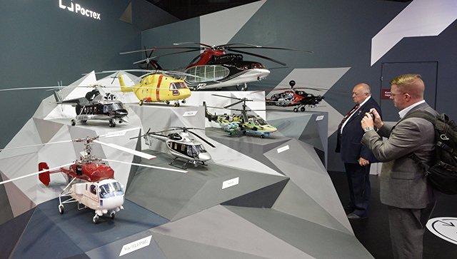 Посетители у стенда компании Вертолеты России на Международном авиационно-космическом салоне МАКС в Жуковском.