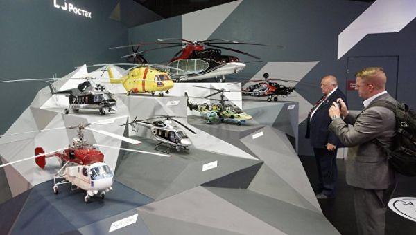 Посетители у стенда компании Вертолеты России на Международном авиационно-космическом салоне МАКС в Жуковском