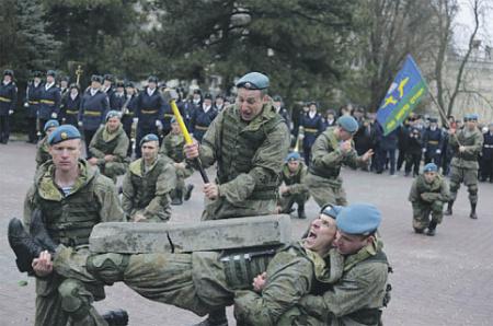 Правильно заломленный берет – важнейший элемент в облике десантника. Фото с сайта www.mil.ru