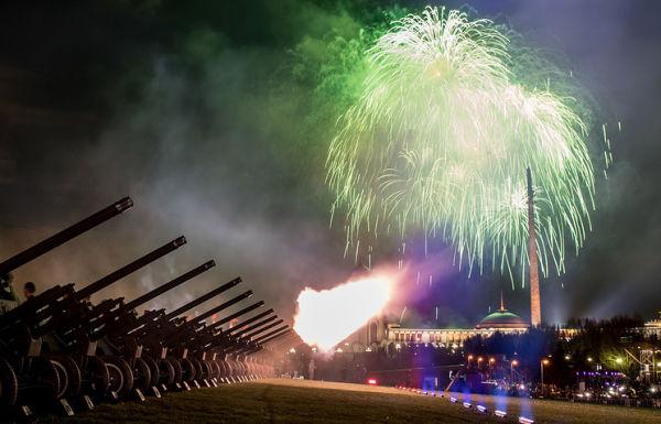 Праздничный салют на Поклонной горе, посвященный 72-й годовщине Победы в Великой Отечественной войне