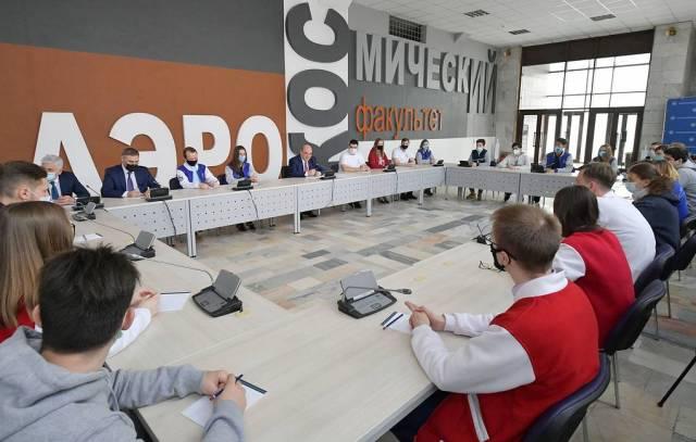 Премьер-министр РФ Михаил Мишустин (в центре)