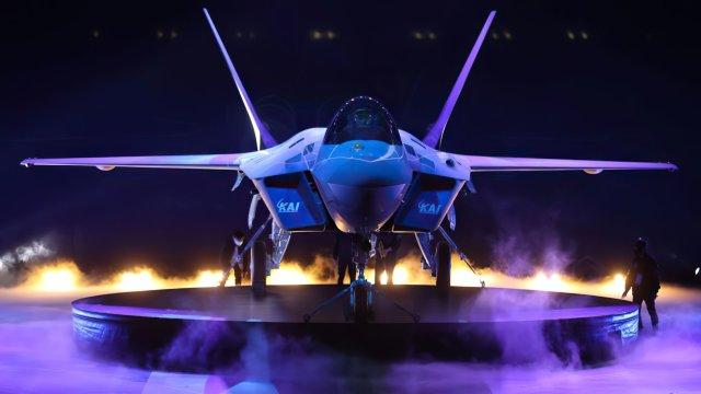 """Презентация первого летного опытного образца перспективного южнокорейского многофункционального истребителя KF-21 Boramae (KF-X, серийный и бортовой номер """"001"""") в штаб-квартире южнокорейской авиастроительной корпорации Korean Aerospace Industries (KAI)."""