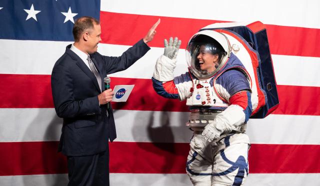 Презентация скафандра нового поколения для деятельности на поверхности Луны в рамках программы «Артемида» Exploration Extravehicular Mobility Unit (xEMU) в октябре 2019 года. Слева — бывший глава NASA Джим Брайденстайн, справа — Кристин Дэвис, инженер по