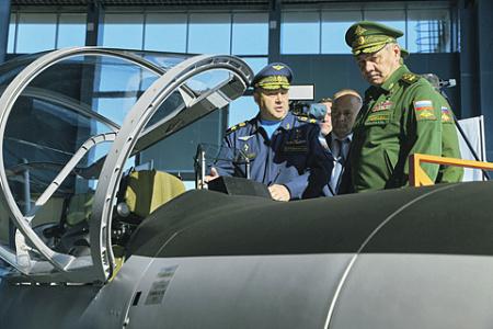 Презентация УТС-800 на «Армии-2021» вызвала повышенный интерес министра обороны Сергея Шойгу. Фото с сайта Министерства обороны РФ