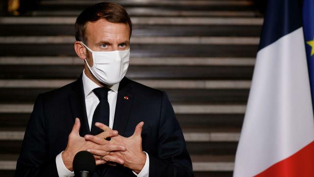 Президент Франции Эммануэль Макрон произносит речь о борьбе с религиозным сепаратизмом в штаб-квартире префектуры Сен-Сен-Дени в Бобиньи, Франция
