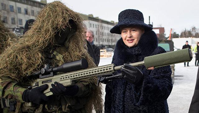 Президент Литвы Даля Грибаускайте и военнослужащий НАТО на военной базе в Рукле.