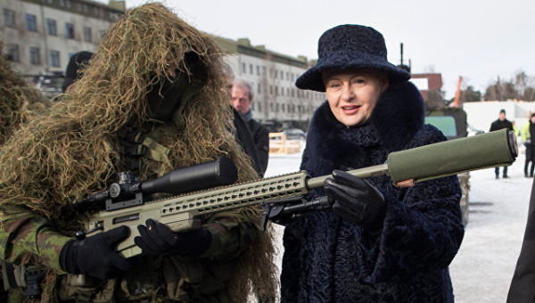 Президент Литвы Даля Грибаускайте и военнослужащий НАТО