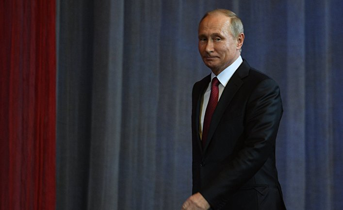 Президент РФ В. Путин посетил праздничный концерт по случаю Дня учителя.