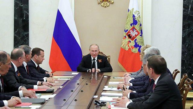 Президент РФ Владимир Путин и председатель правительства РФ Дмитрий Медведев на совещании с постоянными членами Совета безопасности РФ. Архивное фото.