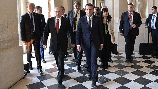 Президент РФ Владимир Путин и президент Франции Эммануэль Макрон перед началом российско-французских переговоров. 29 мая 2017