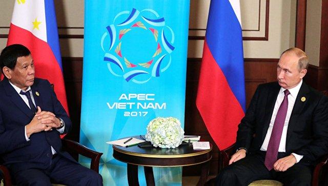 Президент РФ Владимир Путин и президент Республики Филиппины Родриго Дутерте во время беседы на саммите АТЭС во Вьетнаме. 10 ноября 2017.