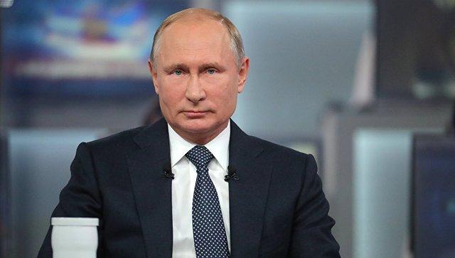 Президент РФ Владимир Путин отвечает на вопросы россиян во время ежегодной специальной программы Прямая линия с Владимиром Путиным. 7 июня 2018.