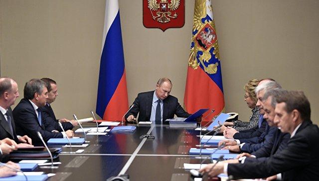 Президент РФ Владимир Путин проводит совещание с постоянными членами Совета безопасности РФ. 15 декабря 2017.