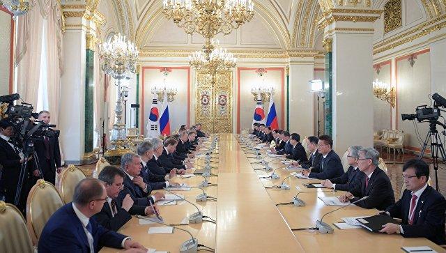 Президент РФ Владимир Путин во время переговоров с президентом Республики Корея Мун Чжэ Ином. 22 июня 2018.