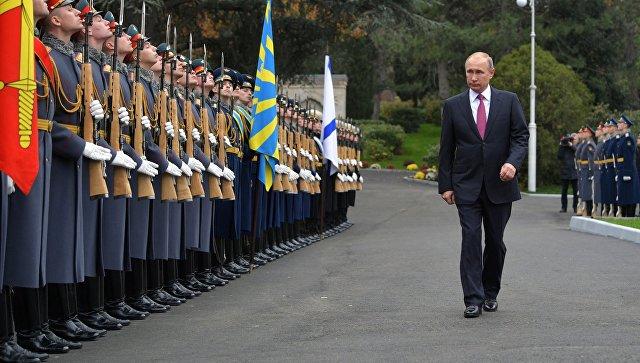 Президент РФ Владимир Путин во время поездки в Ялту. 18 ноября 2017.