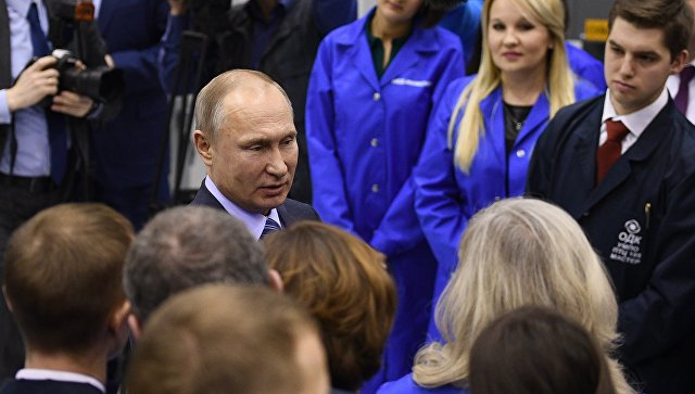 Президент РФ Владимир Путин во время посещения ПАО Объединённая двигателестроительная корпорация – Уфимское моторостроительное производственное объединение. 24 января 2018.