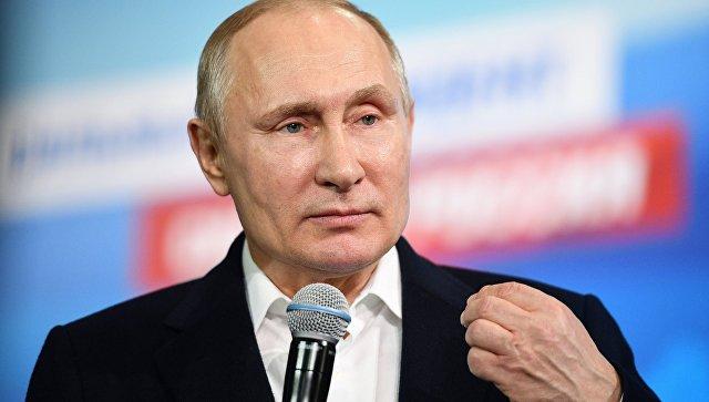 Президент РФ Владимир Путин во время посещения своего предвыборного штаба. 18 марта 2018.