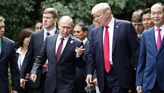 Президент России Владимир Путин и президент США Дональд Трамп на саммите АТЭС во Вьетнаме. 11 ноября 2017.