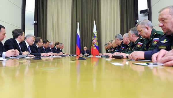 Президент России Владимир Путин (в центре) проводит совещание с военачальниками и руководством предприятий ОПК в резиденции Бочаров ручей в Сочи. Архи