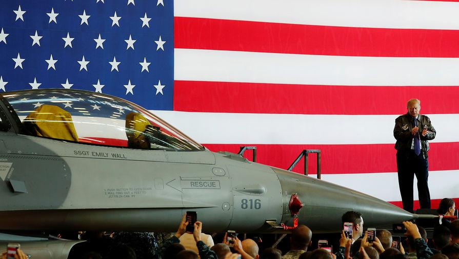 """Президент США Дональд Трамп в куртке летчика во время выступления перед военнослужащими на авиабазе """"Йокота"""" в Японии, ноябрь 2017 года."""