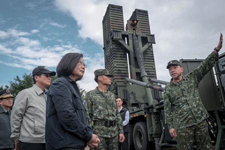 Президент Тайваня Цай Инвэнь в расположении одного из подразделений национальных Вооруженных сил. Фото со страницы президента Тайваня в Twitter