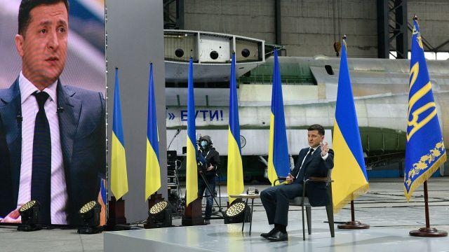 Президент Украины Владимир Зеленский во время пресс-конференции по итогам двух лет пребывания в должности главы государства на территории авиационного