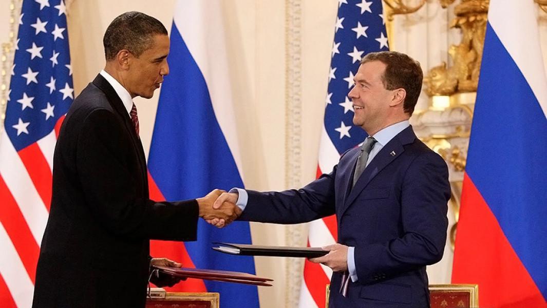 Президенты Дмитрий Медведев иБарак Обама во время подписания договора между Российской Федерацией иСоединенными Штатами Америки омерах подальнейшему сокращению иограничению стратегических наступательных вооружений, 8 апреля 2010 года.