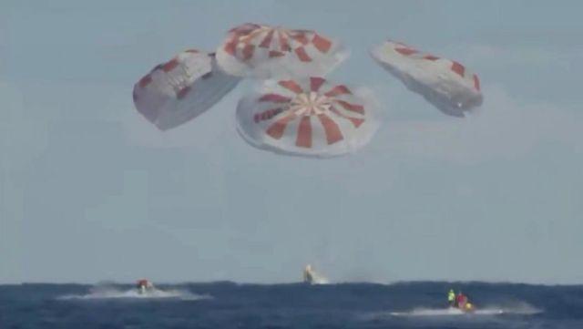 Приводнение корабля Crew Dragon компании SpaceX Илона Маска в Атлантическом океане