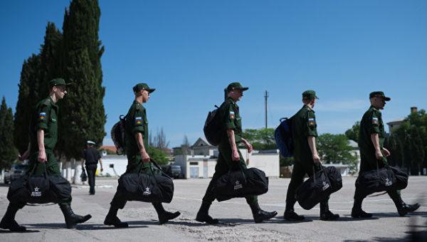 Призывники готовятся к отправке на службу. Архивное фото