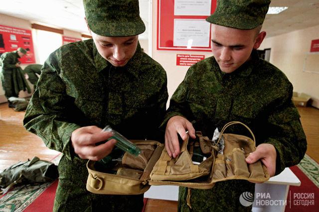 Призывники рассматривают армейский несессер на сборном призывном пункте во Владивостоке. Архивное фото