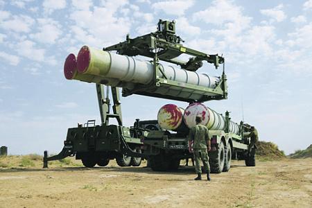 Процесс пополнения боезапаса комплексов С-300 и С-400 занимает слишком много времени. Фото с сайта www.mil.ru