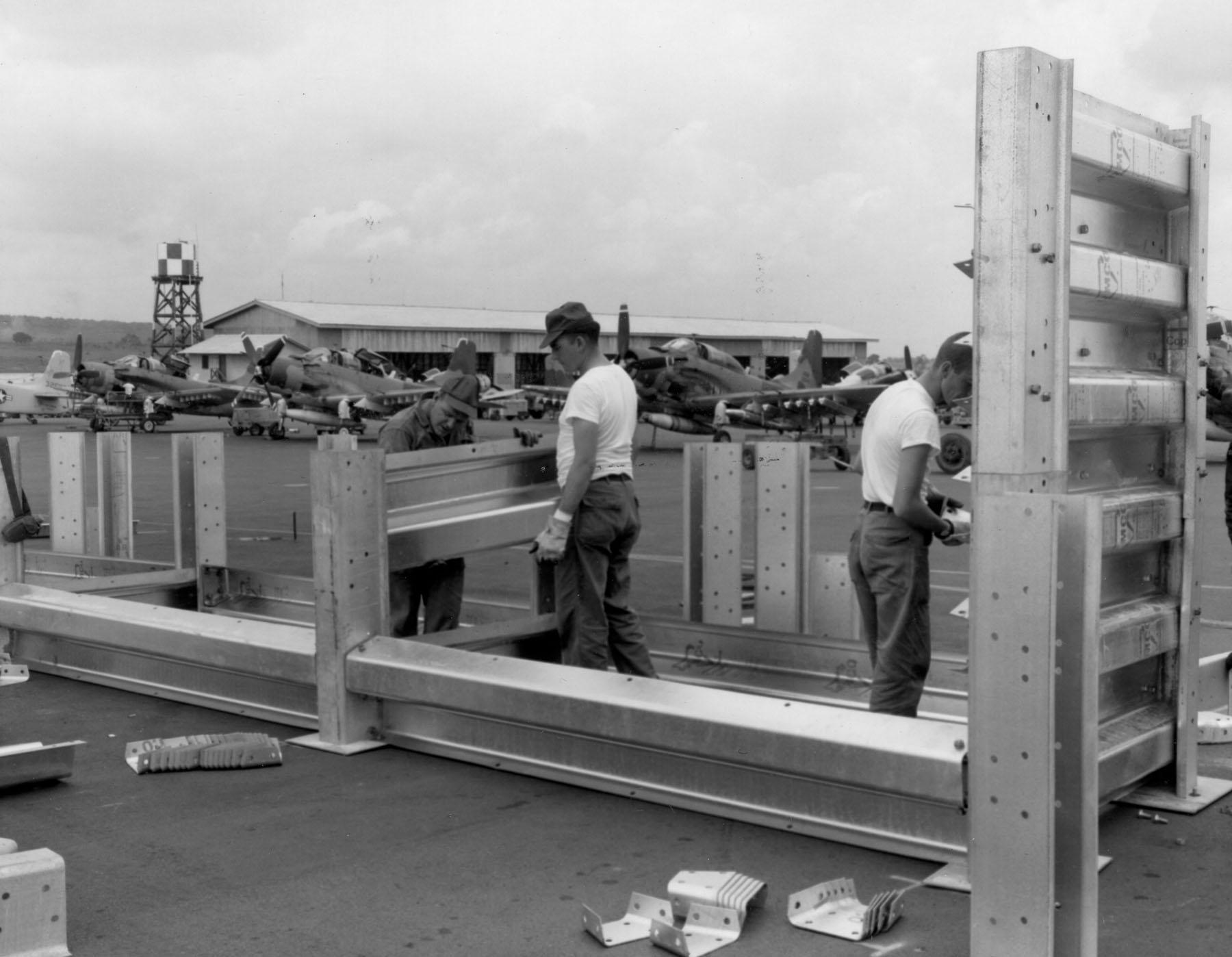 Процесс постройки защитного капонира для авиационной техники на одной из американских авиабаз во Вьетнаме.