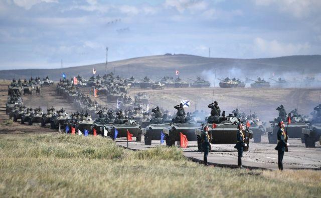 Прохождение боевой техники на смотре вооружения и военной техники