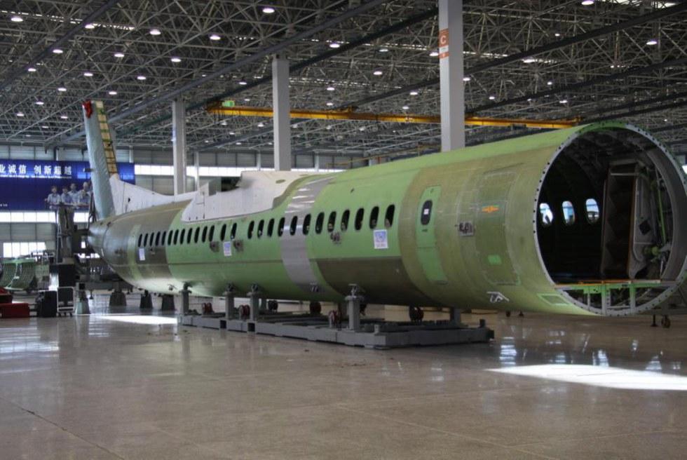Производство фюзеляжей турбовинтовых региональных пассажирских самолетов Bombardier Q400 на китайском предприятии AVIC SAC Commercial Aircraft Co. в Шэньяне.
