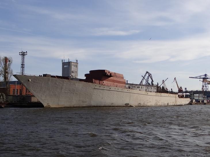 Корпус недостроенного сторожевого корабля «Туман» проекта 11540 у стенки АО «Прибалтийский судостроительный завод «Янтарь». Калининград, апрель 2015 года.