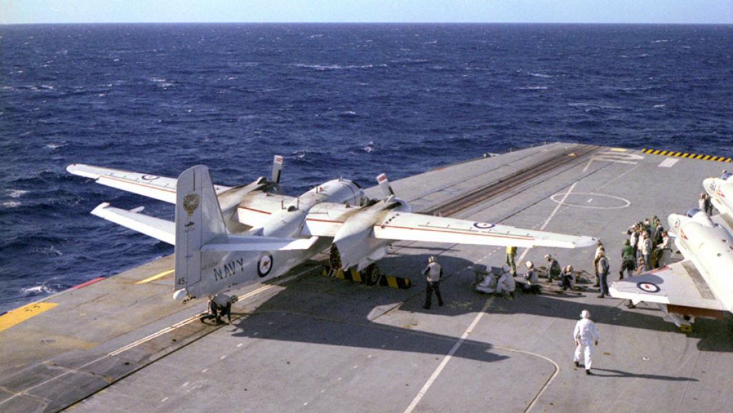 """Противолодочный самолет S-2 Trackerна палубе австралийского авианосца""""Мельбурн""""."""
