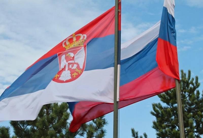 Флаги Сербии и России.